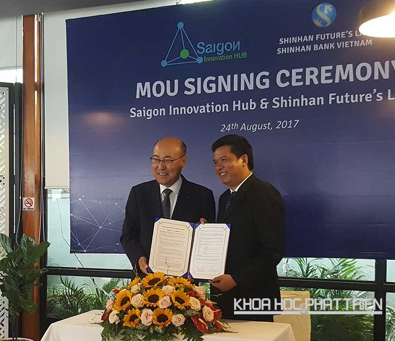 Ông Woo Young Woong, Phó Tổng Giám Đốc Tập đoàn Tài Chính Shinhan (trái) và ông Huỳnh Kim Tước (phải) kí kết thỏa thuận hợp tác. Ảnh: Tùng Minh