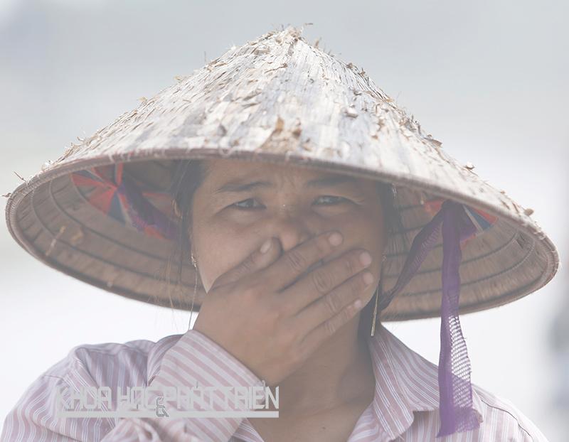 Chị Phạm Thị Hà (39 tuổi, Nam Định) hàng ngày phải đi qua con đường