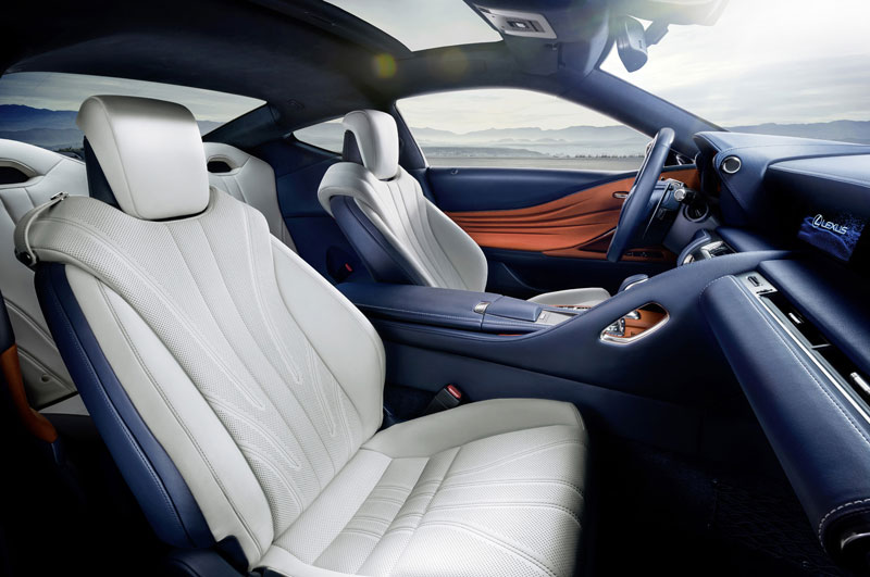 Nội thất của Lexus LC 500h 2018 với chất liệu da là chủ đạo, ghế ngồi thể thao. Ghế lái được hạ thấp trọng tâm cùng không gian cabin trực quan giúp tài xế có cảm giác thoải mái trong những chuyến đi dài. Bảng điều khiến trung tâm là màn hình LCD kích thước 10,3 inch.