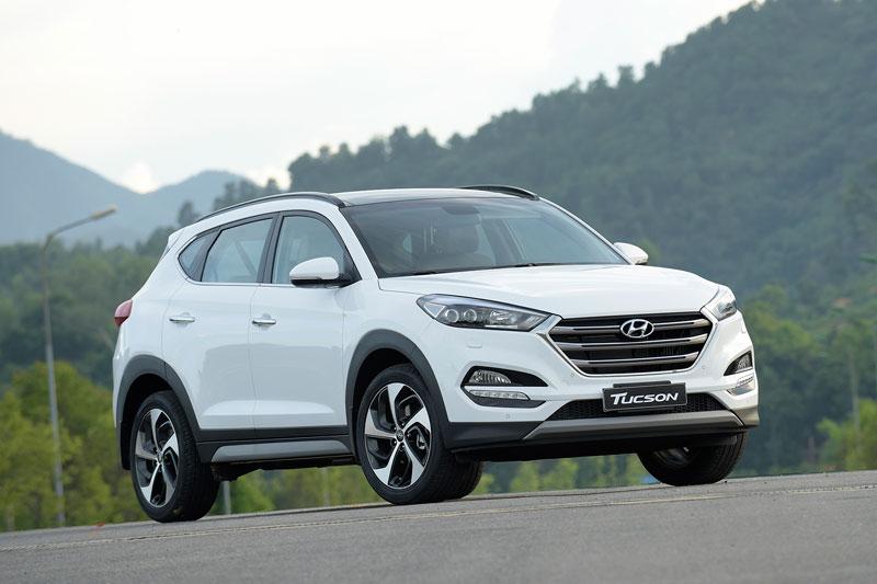 Hyundai Tucson 2017 ra mắt thị trường Việt, giá từ 815 triệu đồng. Hyundai Thành Công vừa trình làng mẫu crossover Tucson 2017 tại thị trường Việt Nam với giá khởi điểm 815 triệu đồng. (CHI TIẾT)