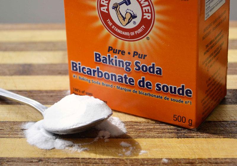 Baking soda: Acid uric là yếu tố quan trọng nhất góp đưa tình trạng bệnh gút ngày càng trầm trọng. Baking soda là nguyên liệu có khả năng giúp giảm lượng axit uric, giúp cắt những cơn đau gút sớm nhất. Bạn chỉ cần trộn 1/2 muỗng cà phê baking soda vào một ly nước và khuấy đều. Uỗng mỗi ngày tối đa 3 lần, không được sử dụng nhiều hơn mức độ đó. Uống đủ 2 tuần thì dừng lại, cơn đau gout cũng sẽ biến mất. Lưu ý: Đối với người trên 60 tuổi, không nên uống quá 2 lần/ngày. Phương pháp này cũng không dành cho người cao huyết áp.