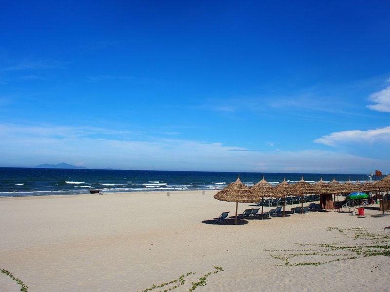 Bãi biển Mỹ Khê nổi tiếng với cát trắng mịn, sóng biển ôn hòa, nước ấm quanh năm cùng hàng dừa thơ mộng, đẹp tuyệt vời bao quanh. Ảnh: JoyceTanKL.