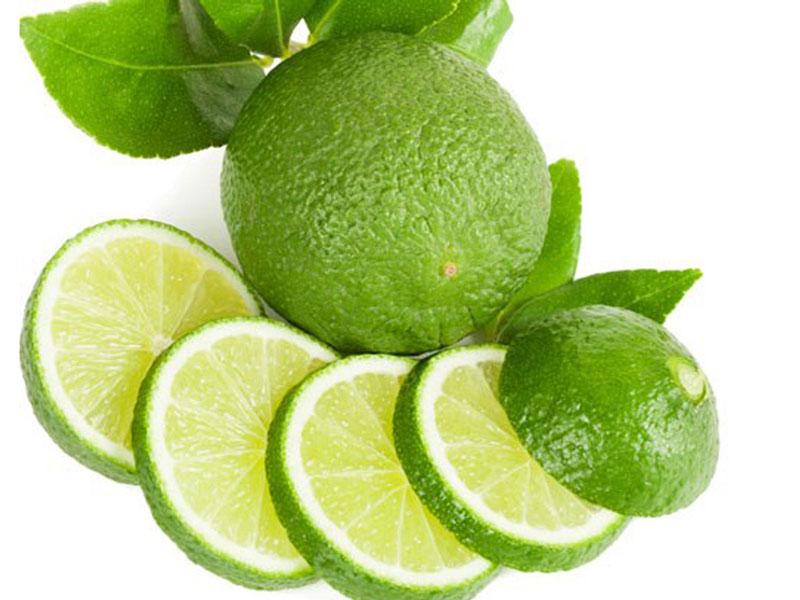 Nước chanh: Để chấm dứt những cơn đau gout, bạn nên thực hiện kiềm hóa cơ thể và trung hòa axit uric dưa thừa trong máu. Điều này có thể thực hiện dễ dàng bằng nước chanh tươi. Cùng với việc uống nước chanh, người mắc bệnh gout có thể bổ sung nhiều loại trái cây chứa vitamin C để tăng cường sức đề kháng cho cơ thể. Bạn có thể hòa nước cốt 1/2 trái chanh vào một cốc nước và uống 3 lần mỗi ngày để xóa bỏ cơn đau gout.