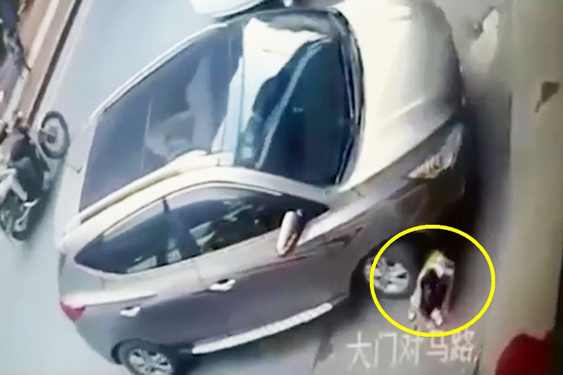 Bị ôtô cán qua đầu, bé gái vẫn đi lại bình thường. Điều thần kỳ khó tin đã xảy ra ở đoạn video sau đây khi bé gái vẫn có thể đứng dậy đi lại bình thường dù em bị ôtô cán ngang qua người và đầu. (CHI TIẾT)