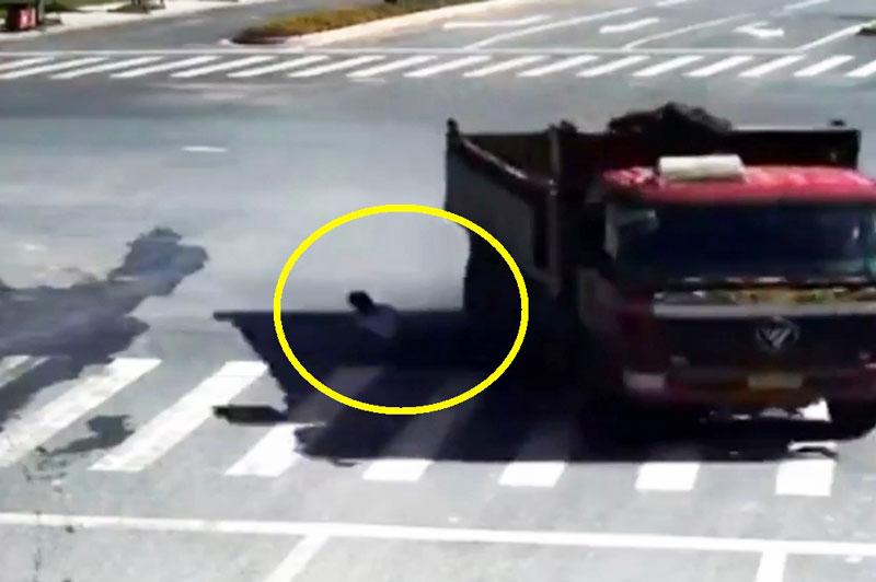 Tai nạn xe máy, cậu bé thoát chết trong gang tấc. Dù gặp phải tai nạn và chiếc xe máy bị xe tải cán nát nhưng cậu bé tuổi vẫn may mắn thoát chết một cách ngoạn mục. (CHI TIẾT)