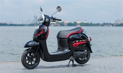 Ngắm xe tay ga lạ của Honda vừa về Việt Nam. Mẫu xe ga phiên bản đặc biệt gấu Kumamon thuộc hàng nội địa Nhật Bản, thiết kế tròn trịa, phù hợp với học sinh sinh viên. (CHI TIẾT)
