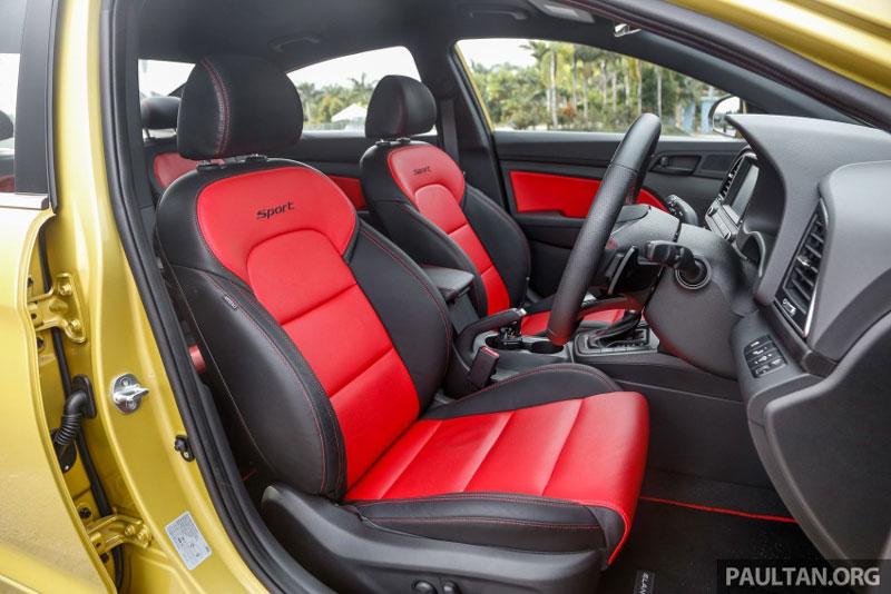 Nội thất của Hyundai Elantra 1.6 Turbo Sport 2017 với nhiều chi tiết bằng giả sợi carbon.
