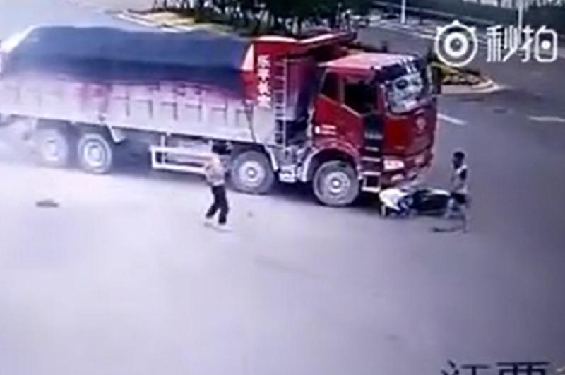 Liên tục bị xe tải cán nhưng vẫn may mắn thoát chết. Người đàn ông điều khiển xe máy đi qua giao lộ không quan sát, suýt bị 2 xe tải liên tiếp cán qua tại Trung Quốc. (CHI TIẾT)