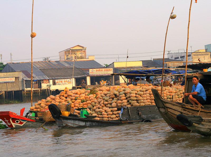 Chợ không hoạt động và hoạt động rất ít vào các ngày Tết Âm Lịch (mồng 1 và mồng 2 Tết, Tết Đoan Ngọ (mồng 5/5 Âm lịch). Ảnh: Ngô Bá Dũng.