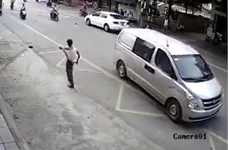 Nam thanh niên quần áo tả tơi sau khi trượt dài trên đường.