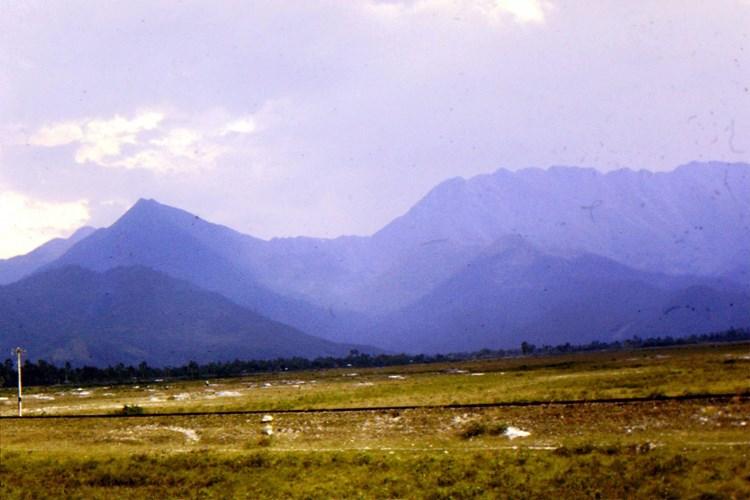 Đồi núi trùng điệp nhìn từ Quốc lộ 1 thuộc địa phận Huế, miền Trung thập niên 1960. Ảnh: Jack McCabe.