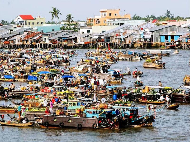 Chợ nổi Cái Răng cũng là chợ đầu mối chuyên mua bán sỉ các loại trái cây, nông sản của vùng. Ảnh: Thoidai.