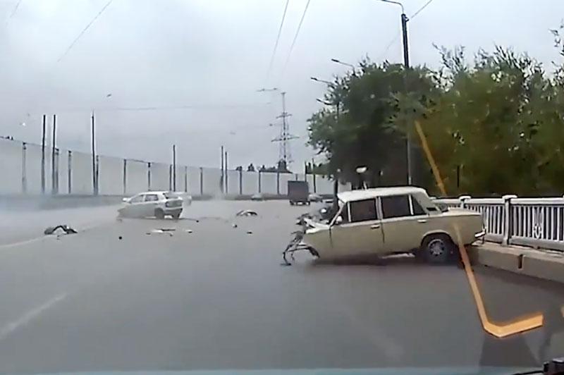 Va chạm trên đường, 2 xe hơi nát bét phần đầu. Sau cú va chạm cực mạnh trên đường, phần đầu của 2 chiếc xe hơi trong đoạn video dưới đây đã vỡ nát. (CHI TIẾT)
