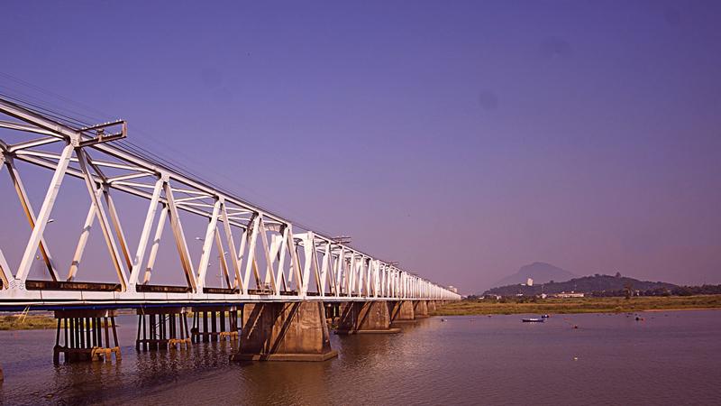 Vì cầu chạy song song với đường ray xe lửa với bộ khung thép bảo vệ hình zích zắc cùng với núi Nhạn, sông Ba tạo nên một thắng cảnh độc đáo. Ảnh: Võ Lê Thuấn Anh.