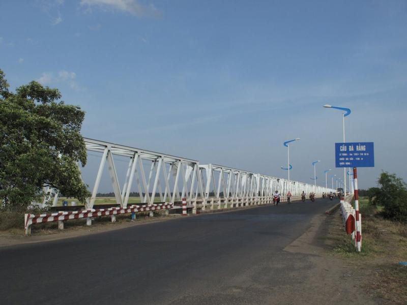 Cầu Đà Rằng mới được khởi công xây dựng vào tháng 7/2003 và được khánh thành đưa vào sử dụng giữa tháng 11/2004. Ảnh: Pathfinderpy88.