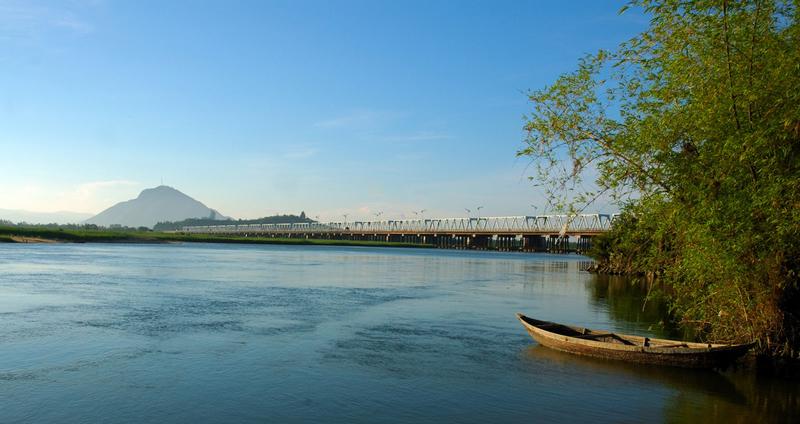 Cầu có kết cấu dầm thép chịu lực, trụ bê tông cốt thép, đưa vào sử dụng từ năm 1971. Ảnh: Lendang.