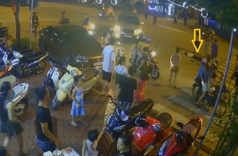 Người đàn ông đi Vespa bỗng dưng ngã gục, bất tỉnh nhân sự. Người đàn ông điều khiển xe tay ga theo sau một chiếc xe máy khác thì đột nhiên tự ngã xuống đường, bất tỉnh. (CHI TIẾT)