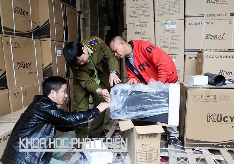 Kiểm tra, phát hiện hành vi gian lận thương mại, vi phạm về nhãn mác hàng hóa tại Công ty TNHH Romal Việt Nam (Hà Nội) tháng 12/2015. Ảnh: Trần Việt
