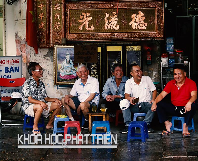 Một quán trà đá trên vỉa hè đường Phùng Hưng (Hoàn Kiếm - Hà Nội). Ảnh: Loan Lê