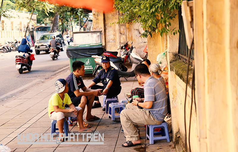 Một quán trà đá trên hè phố Hà Nội. Ảnh: Châu Long