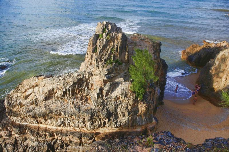 Từ trên cao nhìn xuống, bãi tắm đá nhảy Quảng Bình giống như một bức tranh thiên nhiên độc đáo với muôn vàn núi đá hình thù kỳ lạ. Ảnh: Toản Phí.