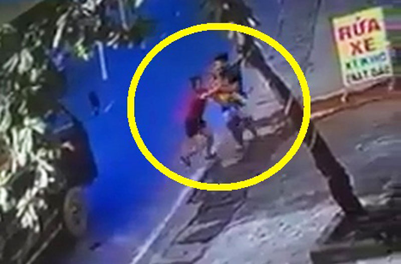 """Chui gầm xe tải, bé trai vẫn may mắn thoát nạn. Do bố mẹ không trông coi cẩn thận nên bé trai ở đoạn video sau đây đã bất ngờ chạy qua đường và """"chui gầm"""" xe tải. Rất may là tài xế đã kịp đạp phanh nên em bé may mắn thoát nạn. (CHI TIẾT)"""