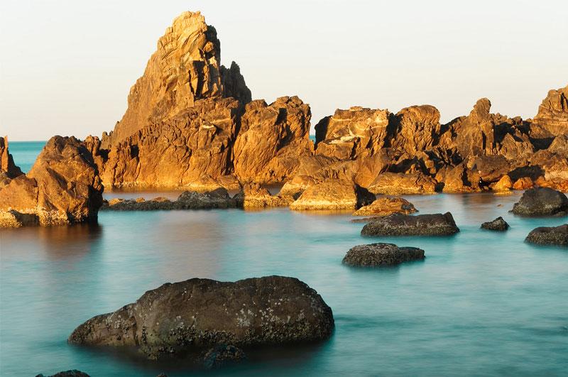 Tới đây, du khách có thể tắm mát và cảm nhận từng cơn gió từ biển thổi vào, dạo bộ trên bờ cát phẳng lì và lắng nghe sóng vỗ rì rào vào vách núi. Ảnh: Nga Dang.
