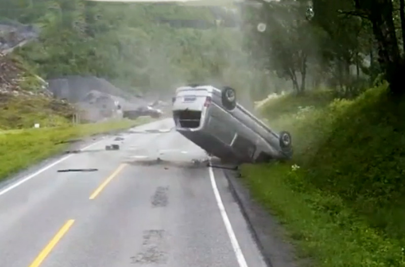 Chiếc xe Van lăn lộn trên đường.