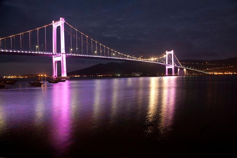 Cầu Thuận Phước còn là địa điểm giúp du khách ngắm phố Đà Nẵng hoa lệ lúc về đêm. Mọi thứ được trưng bày trước mắt với những cây cầu khác nối hai bờ sông Hàn, những tòa nhà cao tầng, những ngọn đèn lấp lánh… Ảnh: Lendang.