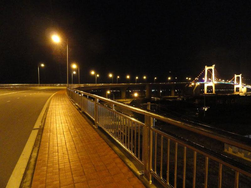 Công ty Cơ khí xây dựng công trình 623 thuộc Tổng Công ty Xây dựng Công trình giao thông 6 là nhà thầu chính thi công phần cầu chính dây võng. Ảnh: Phan Doan Dang.