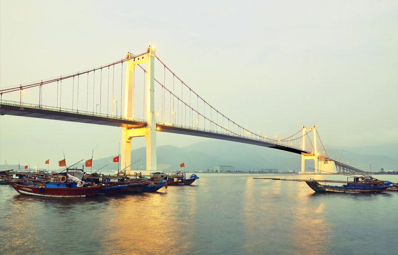 Cầu có tổng chiều dài 1.856m, trong đó phần cầu treo dây võng dài 655m và phần cầu dẫn phía hai đầu Thuận Phước và Sơn Trà mỗi bên dài 600m. Ảnh: Cuong Nguyen.