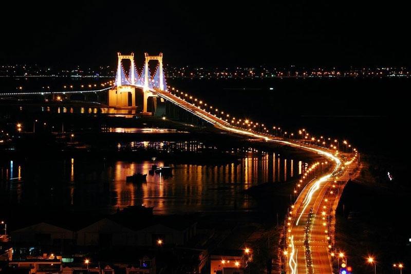 Cầu rộng 18m với 4 làn xe (ô tô và xe máy), 2 lối đi bộ và 2 lối đi dành cho xe đạp và xe thô sơ. Ảnh: Khachsandanang.