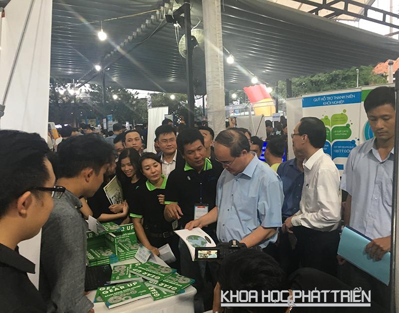 Bí Thư Thành ủy TPHCM xem sản phẩm của startup trưng bày bên ngoài khuôn viên SIHUB