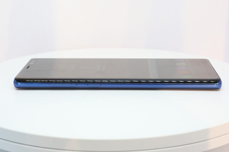 Phím tăng giảm âm lượng cùng nút kích hoạt nhanh trợ lý ảo Bixby ở cạnh trái.