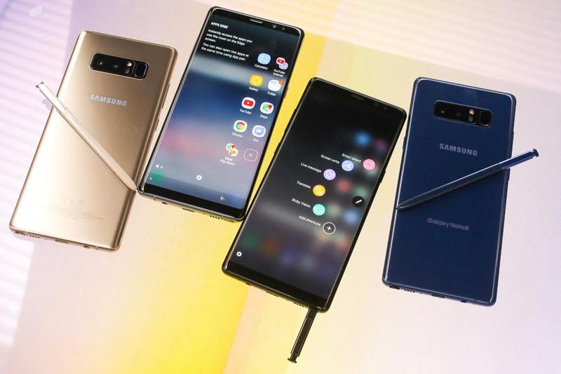 Bút S-Pen của Galaxy Note 8 cũng có khả năng chống bụi, chống nước giống như máy. Ngoài ra, nó còn có thêm một số tính năng mới như tạo nhanh ảnh gif, gửi tin nhắn động (Live Message)... Ngoài ra, người dùng cũng có thể lướt con trỏ của bút vào văn bản để dịch 71 ngôn ngữ khác nhau hoặc chuyển đổi ngoại tệ, đơn vị đo lường…