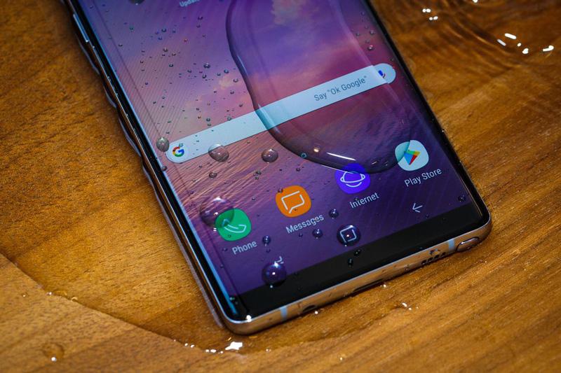 Galaxy Note 8 có khả năng chống bụi, chống nước theo tiêu chuẩn IP68 (có thể ngâm nước ở độ sâu 1,5 m trong 30 phút).