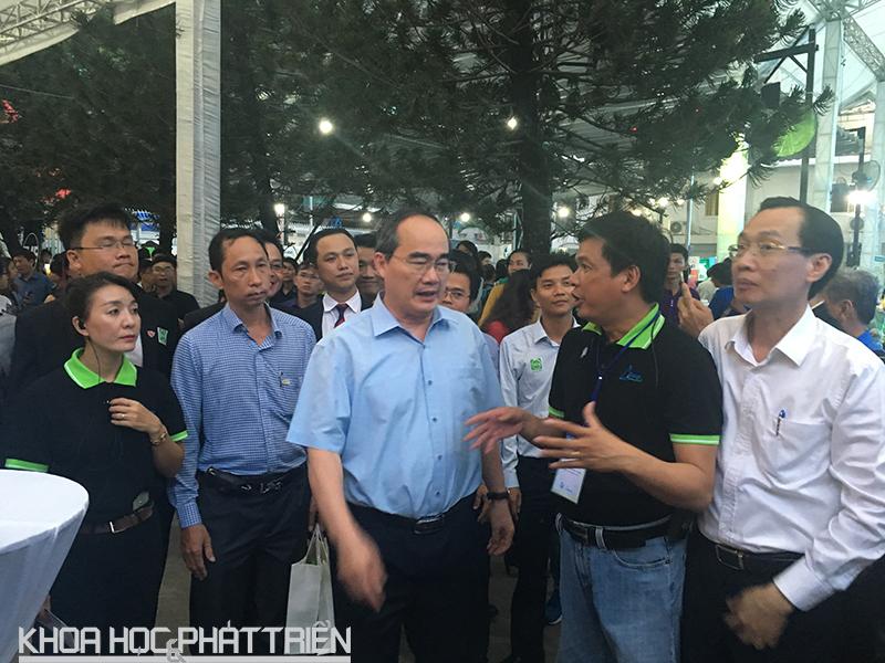 Ngay sau buổi gặp gỡ cộng đồng khởi nghiệp TPHCM, Bí thư Nguyễn Thiện Nhân đã đi tham quan không gian SIHUB