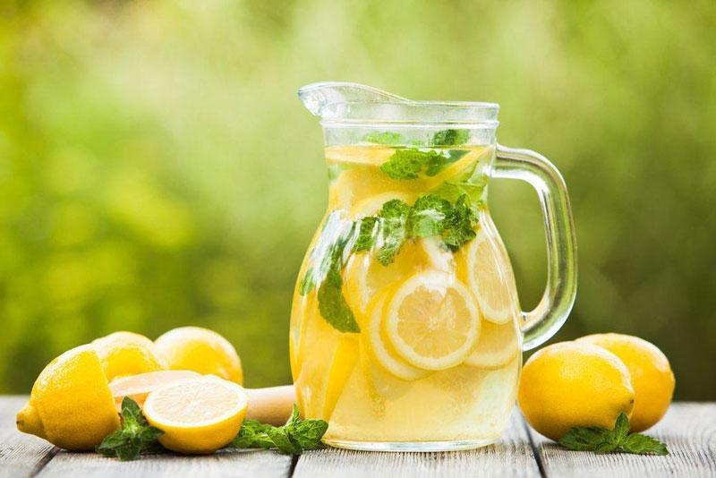 Nước chanh: Pha một ít nước ấm với ít nước cốt chanh sẽ làm giảm cường độ của các cơn đau đầu. Phương thuốc này đặc biệt có lợi cho đau đầu gây ra bởi khí hư trong dạ dày.