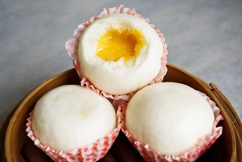 Công thức làm bánh bao kim sa ngon hơn hàng quán. Bánh bao kim sa (bánh bao trứng muối) với lớp vỏ mềm mịn, thơm lừng, lớp nhân béo, mặn hài hòa sẽ là món ăn thật tuyệt vời cho cả gia đình đấy! (CHI TIẾT)