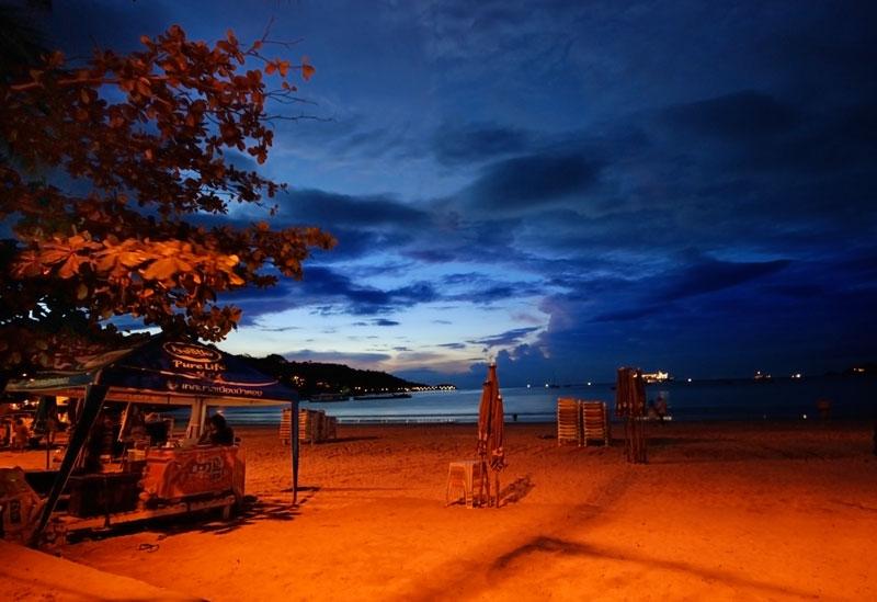 Bãi biển Patong còn nổi tiếng với hoạt động du lịch về đêm và là nơi có sự đa dạng về sắc tộc, ngoài người Thái, ở đây còn có người Hoa, người Mã Lai, và đặc biệt là cộng đồng người Việt Nam.
