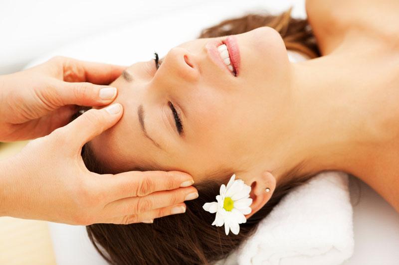Massage theo vòng tròn: Đặt 2 ngón tay trỏ ở đuôi lông mày 2 mắt và di chuyển theo vòng tròn nhẹ nhàng về phía hai thái dương. Nhẹ nhàng di chuyển tay theo một hướng của vòng tròn và sau đó đổi ngược lại. Lặp lại 5 - 10 lần cách làm này sẽ giúp cơn đau đầu giảm đi rất nhiều.