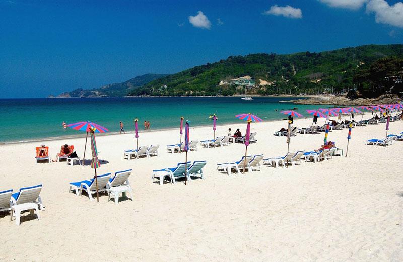 Không giống như những bờ biển của Phuket, Patong có phạm vi rộng rãi về cơ sở vật chất, phương tiện phục vụ thể thao ở dưới nước như: Môn lặn có bình khí nén, lướt ván có buồm, trượt ván trên mặt nước, chèo thuyền giăng buồm, trượt nước có tàu kéo...