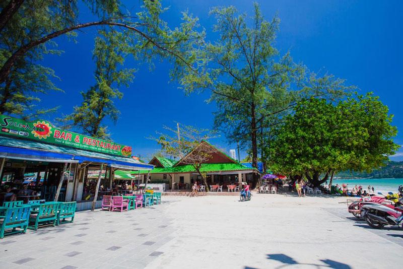 Tại đây, giới hâm mộ thể thao nhận xét là một trong những vùng lặn ưu thế nhất tại Châu Á, nước biển trong vắt như pha lê và có rất nhiều sinh vật biển cả. Những du khách đam mê môn thể thao dưới nước, cũng có thể đến Kata Noi, lặn có ống thở; ngoài ra có hai bờ biển về phía Nam, hay tại đảo Phi Phi, chỉ mất bốn tiếng đồng hồ lái xe về phía Đông của Phuket. Tại Patong có nhiều nhà hàng chuyên phục vụ đặc sản biển Thái Lan, đặc biệt nhất là tôm hùm Phuket vĩ đại, cân nặng trên 3kg.