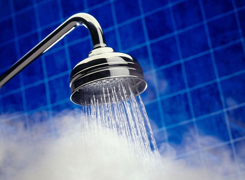 Nước nóng: Đặt một túi nước nóng vào gáy hoặc dùng vòi hoa sen nước nóng phun vào phía sau cổ khi tắm. Nếu không có vòi hoa sen, bạn có thể dùng gáo để dội nước ấm xối trực tiếp từ cổ và sau lưng của bạn khi tắm.Với việc áp dụng lượng nhiệt lên gáy của bạn. Lượng nhiệt này có thể thư giãn các cơ bắp và làm giảm các cơn đau đầu xảy ra do stress.