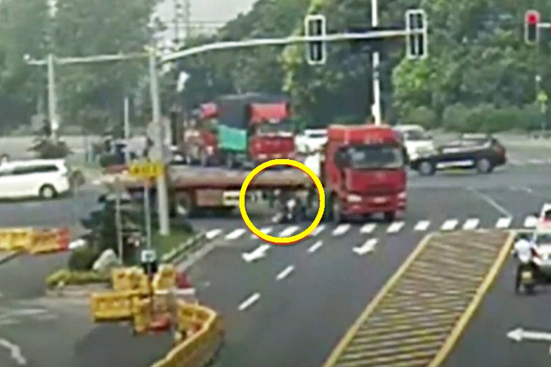 """Chui gầm xe container, người phụ nữ thoát chết ngoạn mục. Mặc dù bị """"chui gầm"""" xe container, song người phụ nữ ở tỉnh Giang Tô, Trung Quốc chỉ bị thương nhẹ. (CHI TIẾT)"""