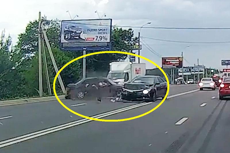 Tài xế quay đầu ngớ ngẩn gây tai nạn nghiêm trọng. Do tài xế thiếu quan sát lúc quay đầu nên chiếc xe hơi màu đen đã bị xe sedan khác thông cực mạnh vào bên hông. (CHI TIẾT)