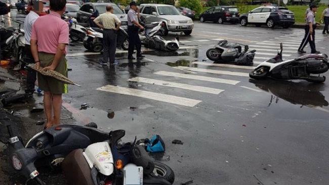 Nữ tài xế điều khiển chiếc SUV gây tai nạn liên hoàn tại Đài Loan. Nữ tài xế điều khiển chiếc SUV đâm vào hàng loạt xe máy đang dừng chờ tàu hỏa chạy qua khiến nhiều người bị thương và 17 chiếc xe bị hư hỏng nặng. (CHI TIẾT)