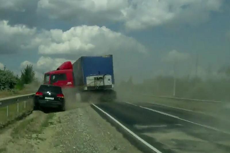 Xe container lật giữa đường, ôtô thoát nạn khó tin. Đang lưu thông trên đường, xe container mất lái, đâm vào rào chắn và lật giữa đường. Thật may mắn khi ôtô ngược chiều đi tới đã tránh kịp thời. (CHI TIẾT)