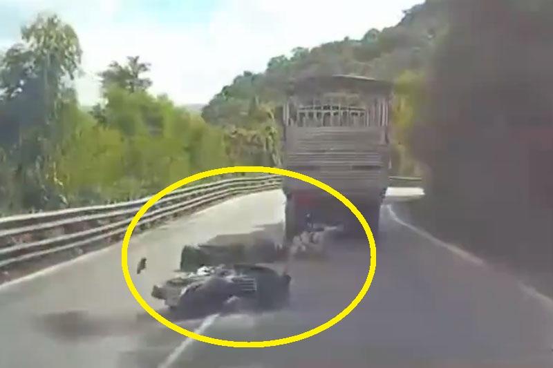 Gia đình suýt tử nạn ở đèo Bảo Lộc vì chồng chạy xe máy ẩu. Do người chồng chạy xe máy ẩu nên 3 thành viên trong một gia đình đã gặp tai nạn giao thông và suýt tử nạn ở đèo Bảo Lộc, thành phố Bảo Lộc, tỉnh Lâm Đồng. (CHI TIẾT)