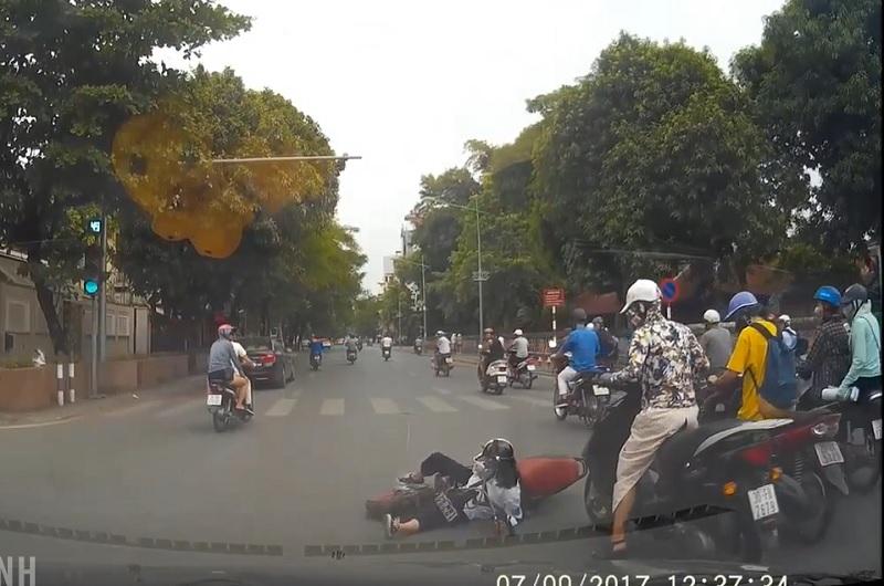 Vượt đèn đỏ, xe đạp điện bị xe máy tông tại Hà Nội. Nữ sinh điều khiển xe đạp điện vượt đèn đỏ băng qua ngã tư bị chiếc xe máy đâm ngã. (CHI TIẾT)